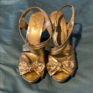 Classic gold leather Seychelles wedges! Size 8.5